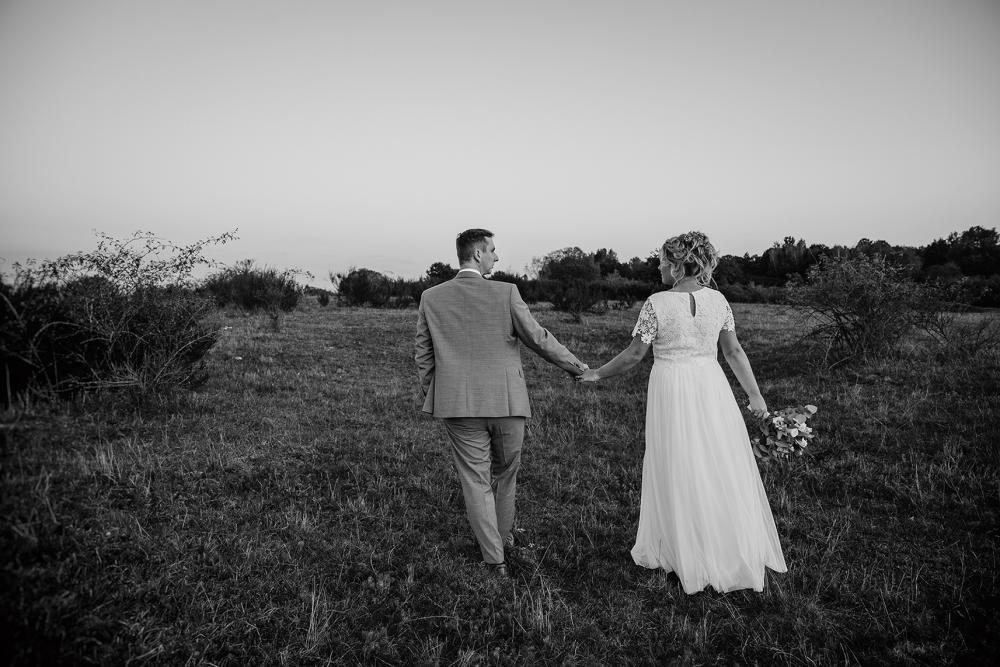 Boho Hochzeitsfotos natürliche Brautpaarfotos schwarz weiß